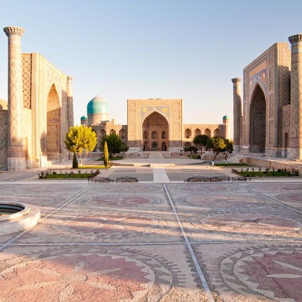 La place du Régistan avec ses arches, colonnes et dômes de la mosquée Bibi-Khanym
