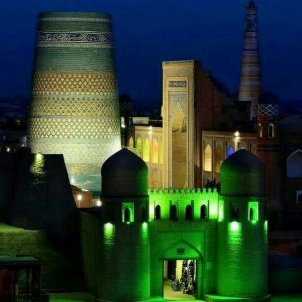 Vue nocturne sur la forteresse de Khiva
