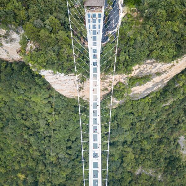 Das Bild zeigt die gläserne Brücke Zhangjiajie.