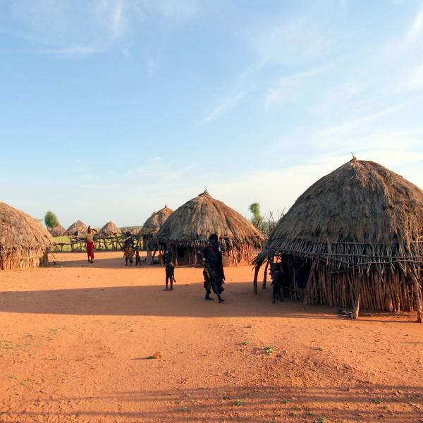 Locales en Tanzania al atardecer