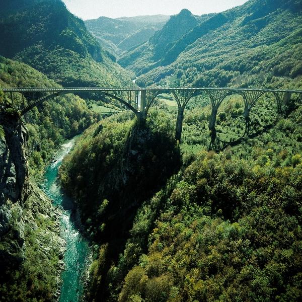 Pont métallique enjambant la rivière Tara et ses gorges