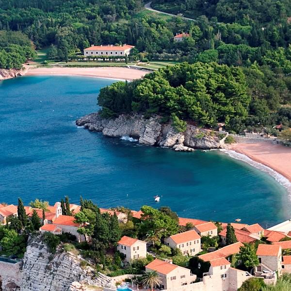 Vue aérienne sur la baie bordant le village de Sveti Stefan et ses plages