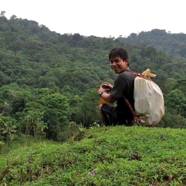 Un Indien Emberas assis dans la forêt