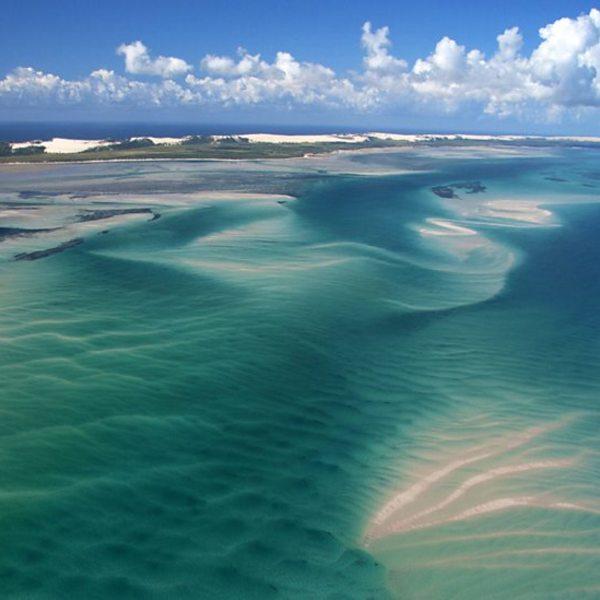 Vue aérienne sur des bancs de sable entourés d'eaux turquoises