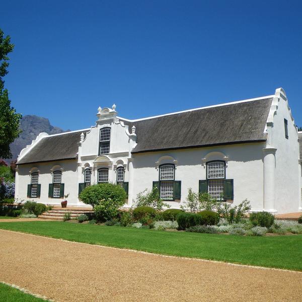 Bâtisse coloniale dans un domaine viticole sud-africain