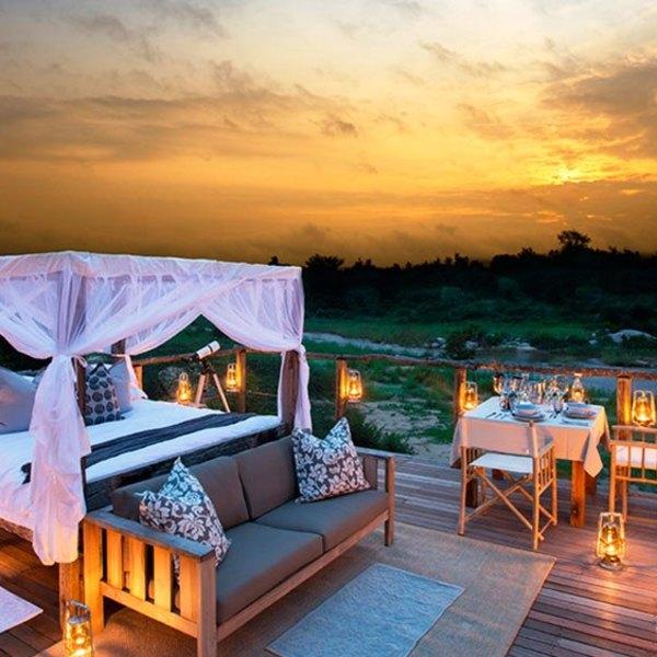 Suite en plein air dans le parc Greater Kruger au crépuscule