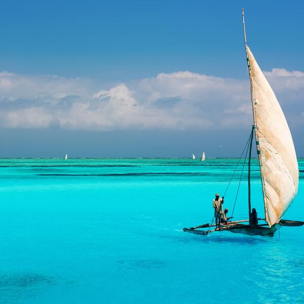 Boutre naviguant sur une mer turquoise