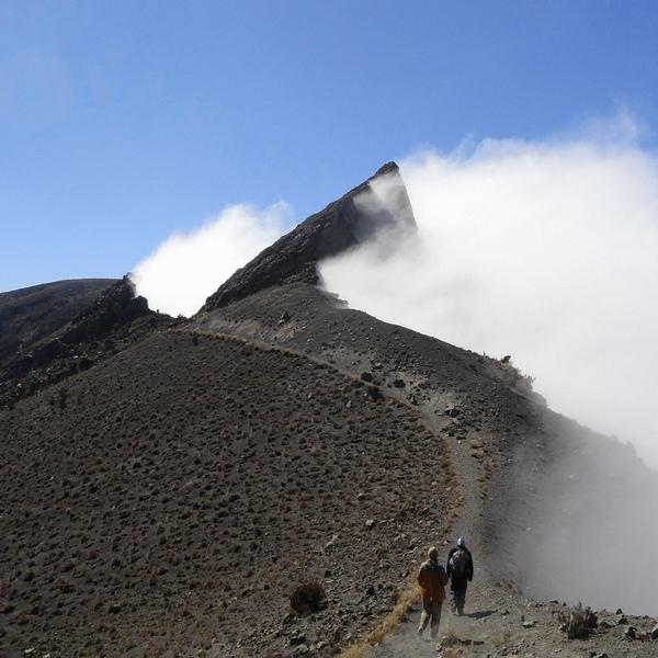 Le sommet du mont Meru pris dans les fumerolles volcaniques
