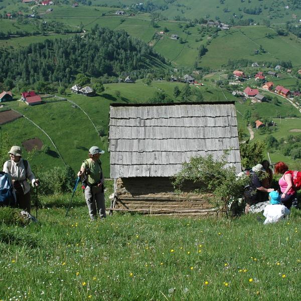Randonneurs devant le paysage verdoyant autour de Magura dans les Carpates