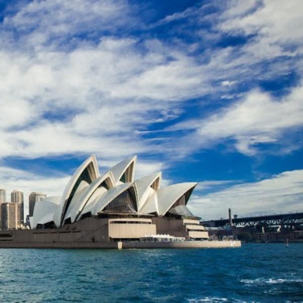 Vue sur l'Opéra de Sydney depuis la mer