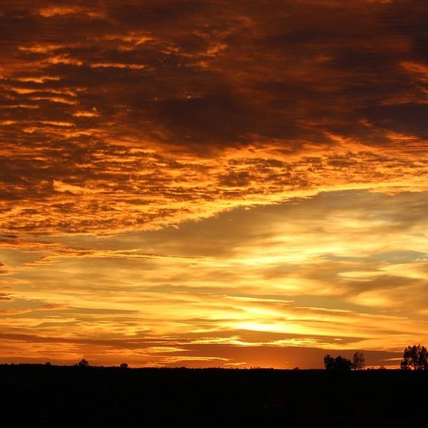 Ciel nuageux doré par le soleil levant