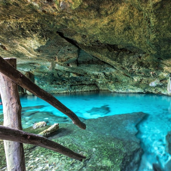 Das Bild zeigt eine Treppe, die in einen See führt.