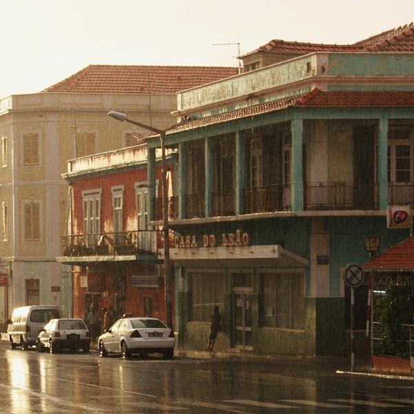 Une rue dans une ville du Cap-Vert après la pluie