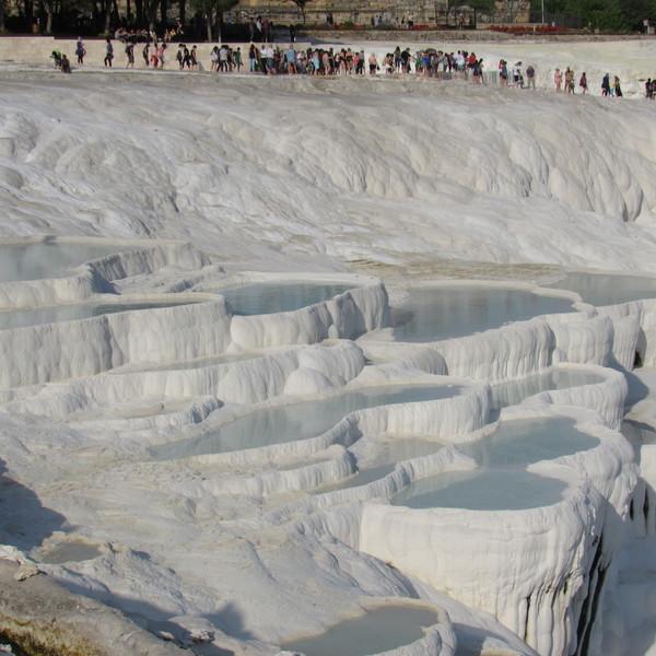 Vue sur les piscines naturelles blanches formées par les sources thermales