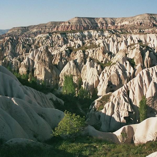 Vue sur les formations rocheuses typiques de la Cappadoce