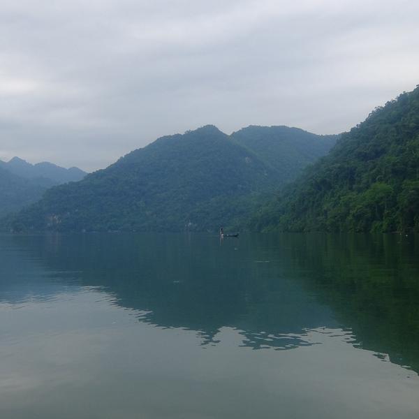 Le lac Ba Be dans la brume