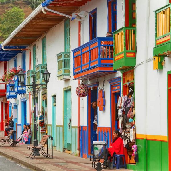 Das Bild zeigt bunte Häuser in Kolumbien.