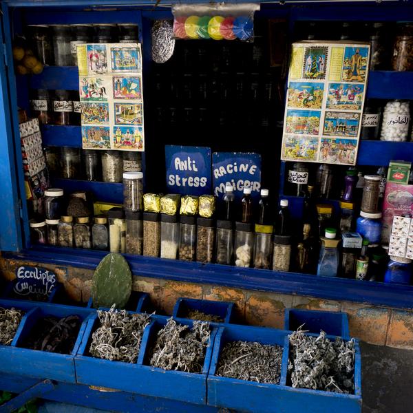 Das Bild zeigt einen kleinen Marktstand in Marokko.