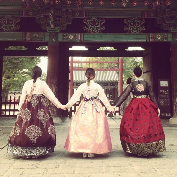 3 femmes en costume traditionnelle Hanbok