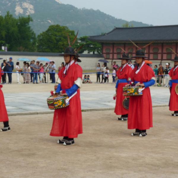 Procession en costumes traditionnels dans l'enceinte du palais de Gyeongbokgung