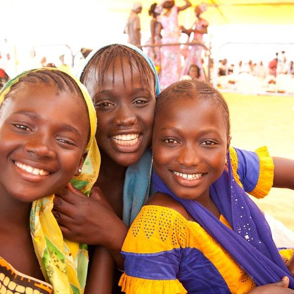 Trois jeunes filles tout sourire