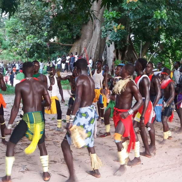 Hommes en costume traditionnel en train de danser