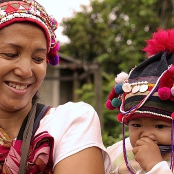 Portrait d'une mère et son bébé en costume traditionnel