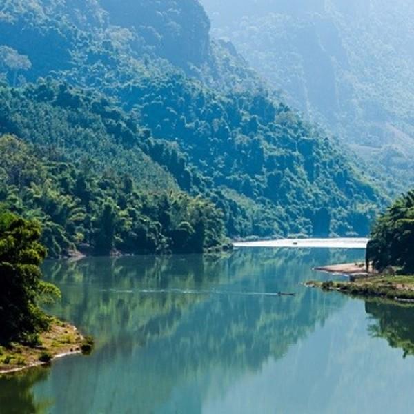 Reflet de la jungle et de la montagne dans l'eau de la rivière Nam Ou