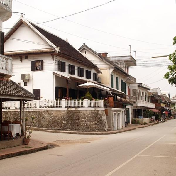 Rue bordée de maisons coloniales blanches