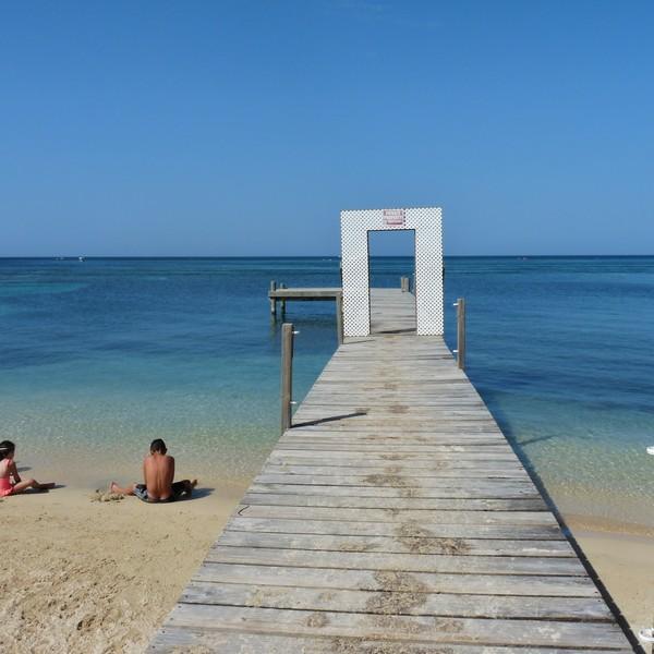Ponton sur une plage face à la mer turquoise