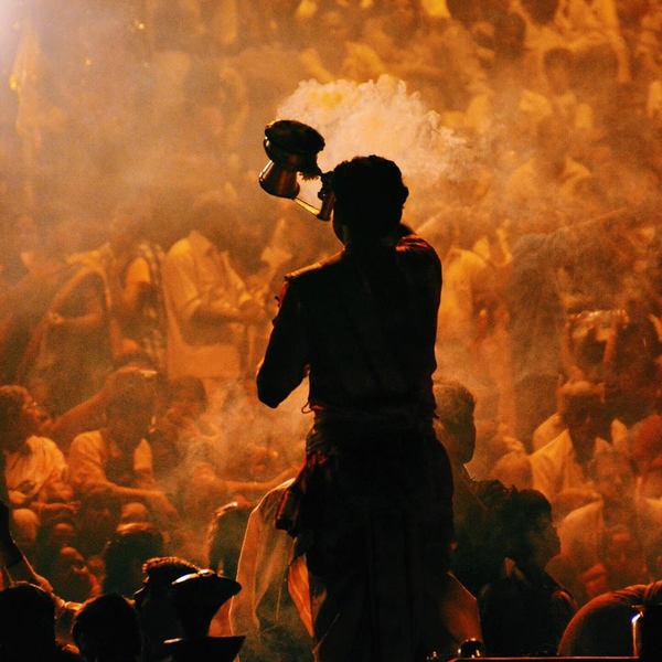Das Bild zeigt eine Zeremonien in Varanasi.