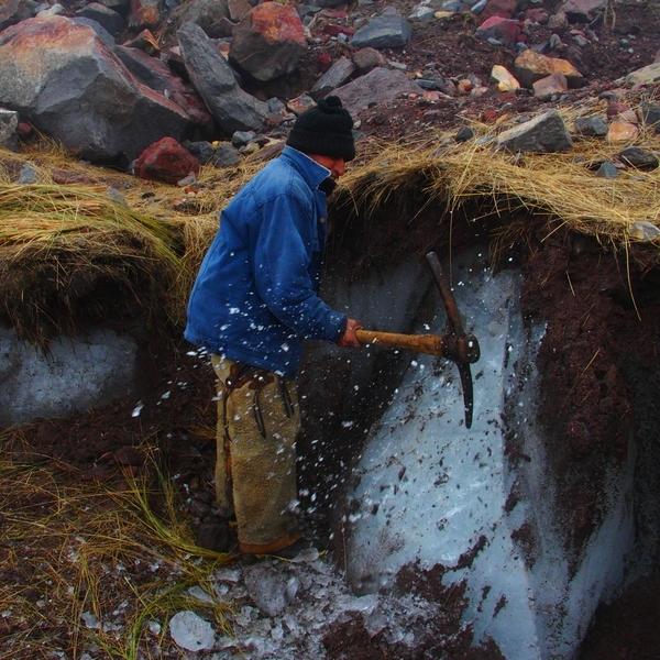 Mineur en train de casser la glace