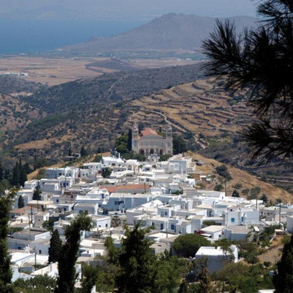 Vue panoramique sur Lefkes et l'île de Paros