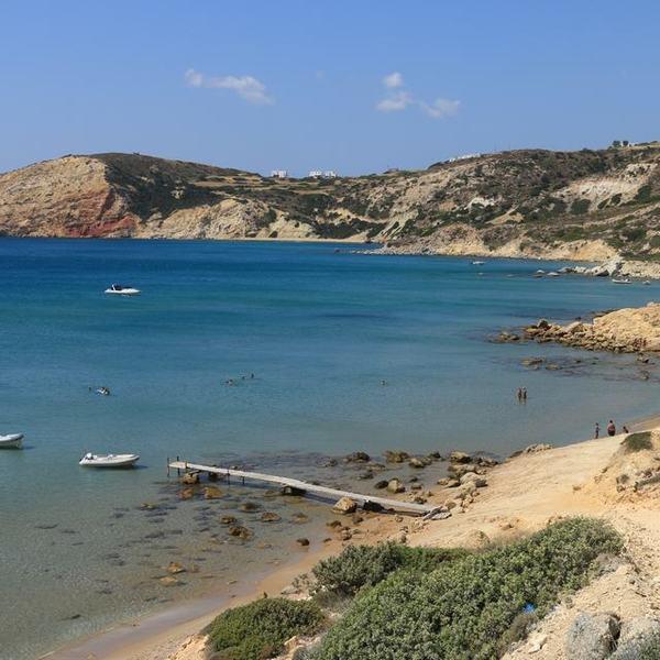 Vue panoramique sur une plage de Milos