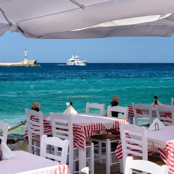 Une terrasse de restaurant face à la mer