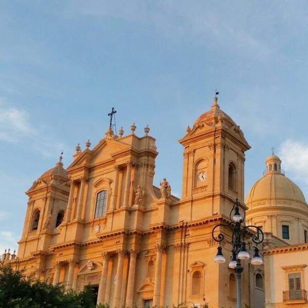 Façade de la cathédrale de Noto dans la lumière du coucher de soleil