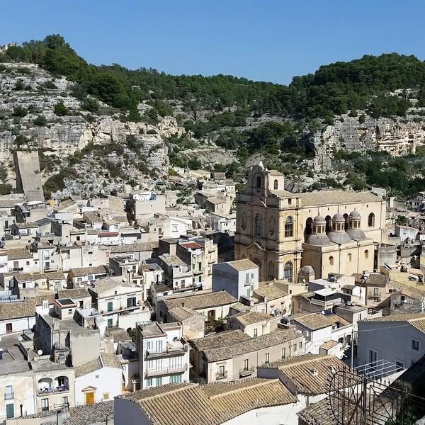 Vue sur l'église et les maisons de la ville de Scicli