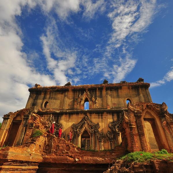 Das Bild zeigt einen Tempel vor strahlend blauem Himmel.