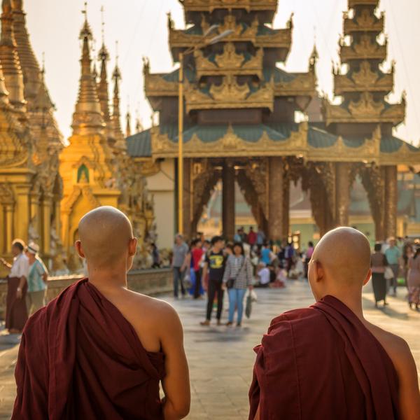 Das Bild zeigt zwei Mönche vor einem Tempel.