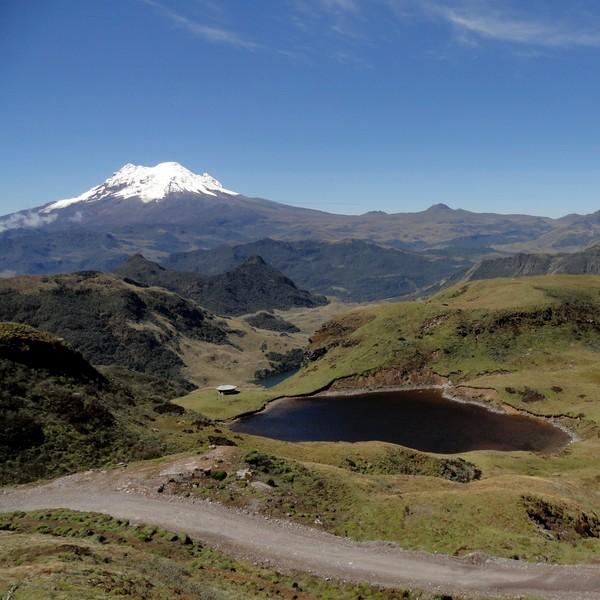Lac noir et montagnes avec le volcan Antisana en arrière-plan