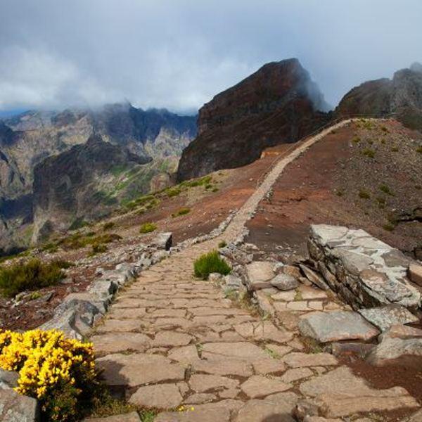 Chemin pavé de randonnée sur une crête montagneuse