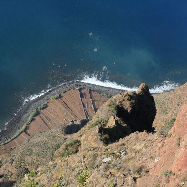 Vue en plongée sur la falaise de Cabo Girao