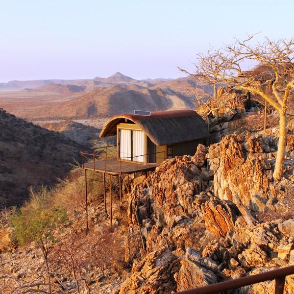 Cabane sur une colline rocheuse dans la lumière du soleil couchant