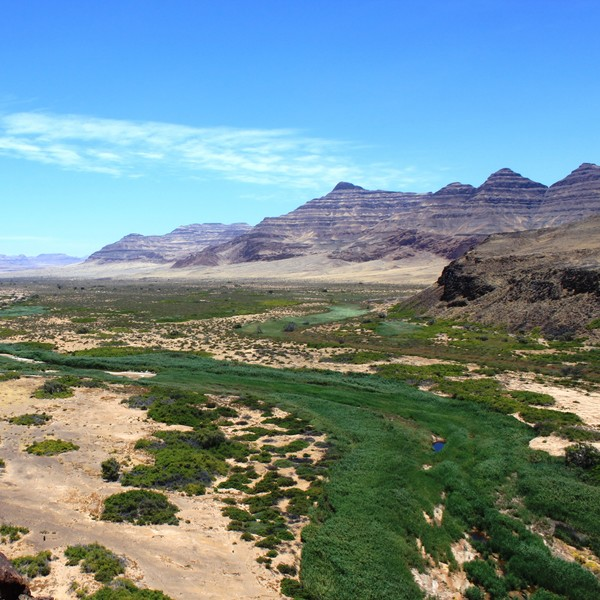 Vue panoramique sur une vallée désertique traversée par une rivière