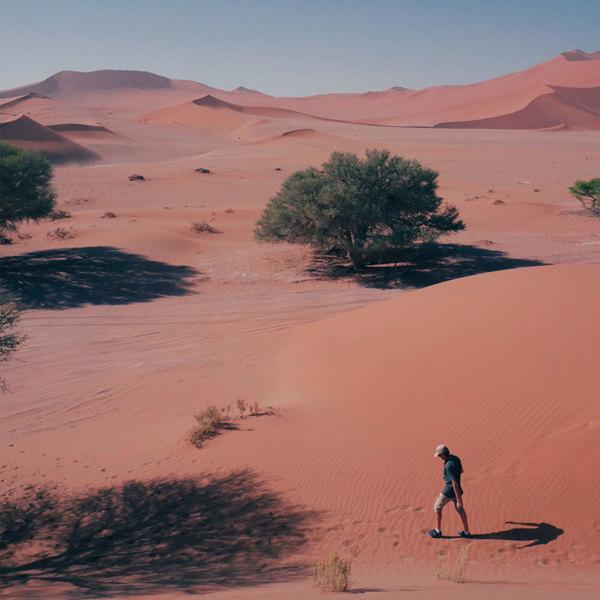 Un homme marchant dans un désert rouge