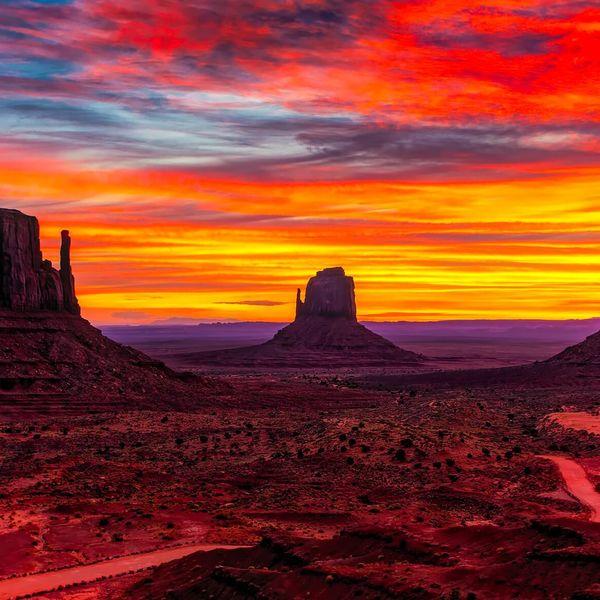 Monument Valley qui s'embrase à l'heure du coucher de soleil