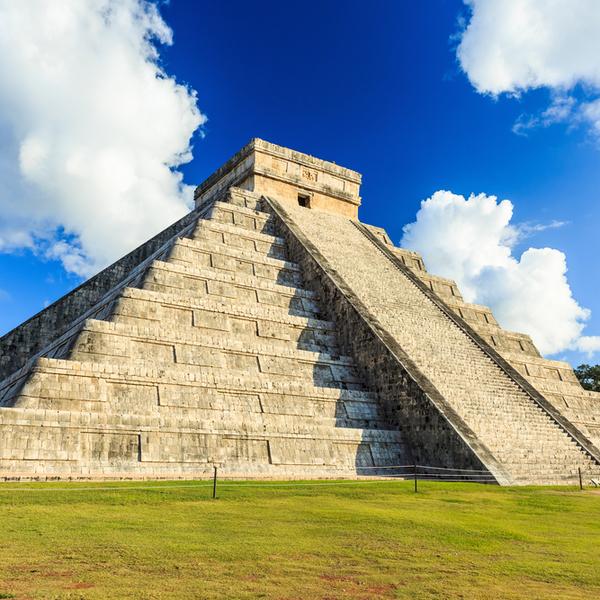 Das Bild zeigt die Chichen Itza Pyramide.