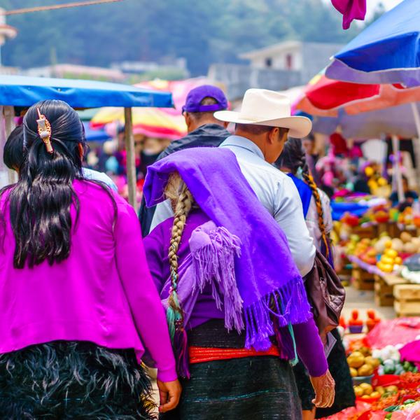 Population locale déambulant dans une allée d'un marché
