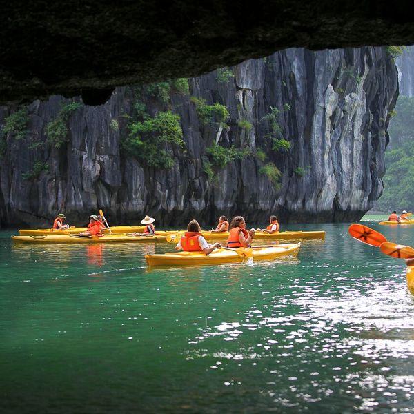 Kayaking nella baia di Halong