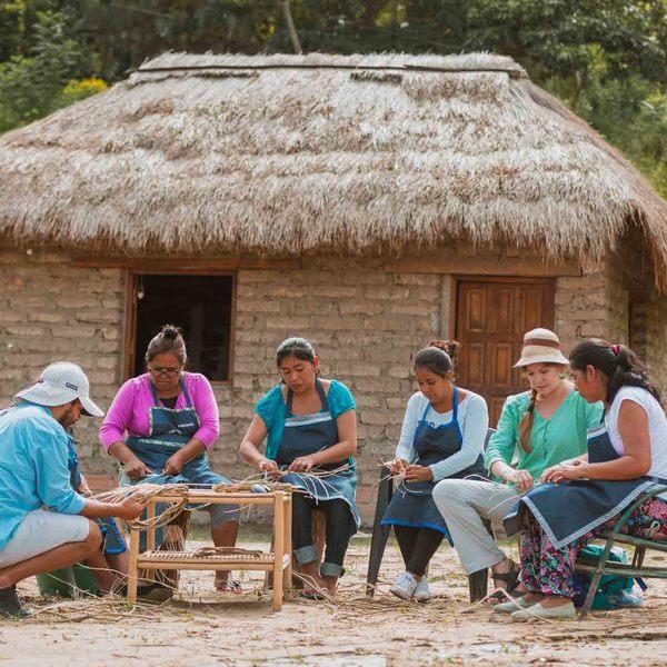 Voyageurs tressant des tiges en compagnie de leurs hôtes argentins